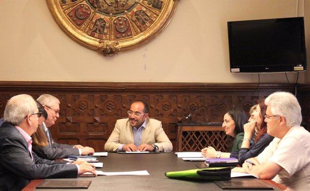 Luis Rey, presidente de la Diputación, con representantes de las asociaciones
