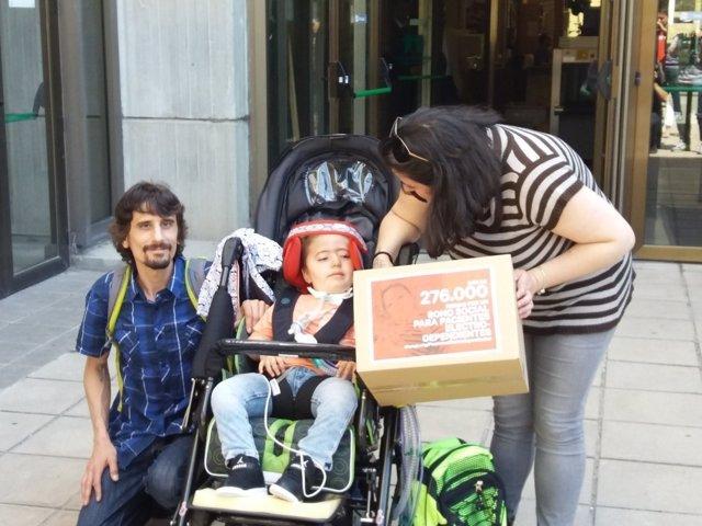 David, Verónica y Aarón acaban de entregar 276000 firmas y han hablado con cargo