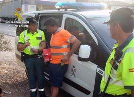 Denuncian a un camionero por conducir drogado y detienen a dos individuos con 4 kg de marihuana