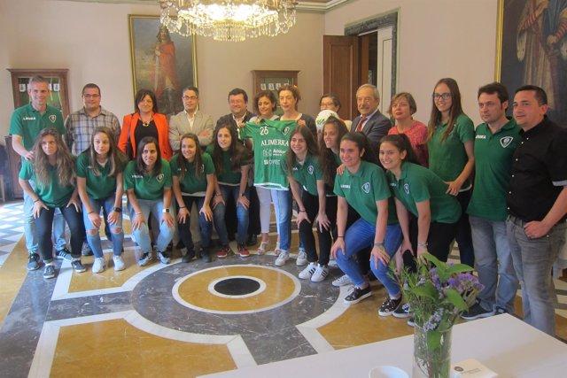Jugadoras del Oviedo Moderno y miembros de la Corporación municipal.