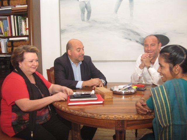Pilar Parra se reúne con responsables de la Fundación Vicente Ferrer.