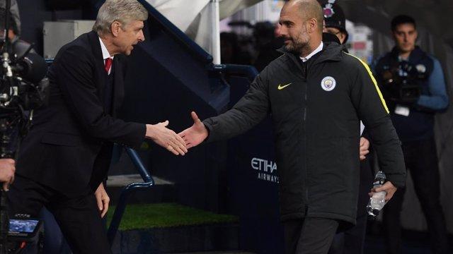 Arsene Wenger y Pep Guardiola se saludan