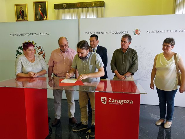 Pablo Híjar firma el acuerdo marco en el Salón de Recepciones del Ayuntamiento