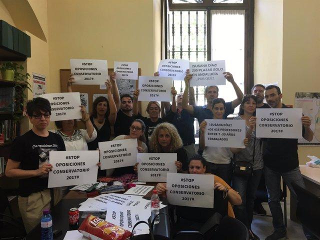 Interinos de conservatorios encerrados en el Ayuntamiento de Sevilla