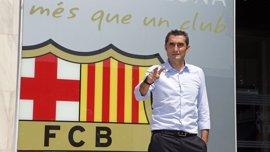 Valverde posa con el escudo del FC Barcelona