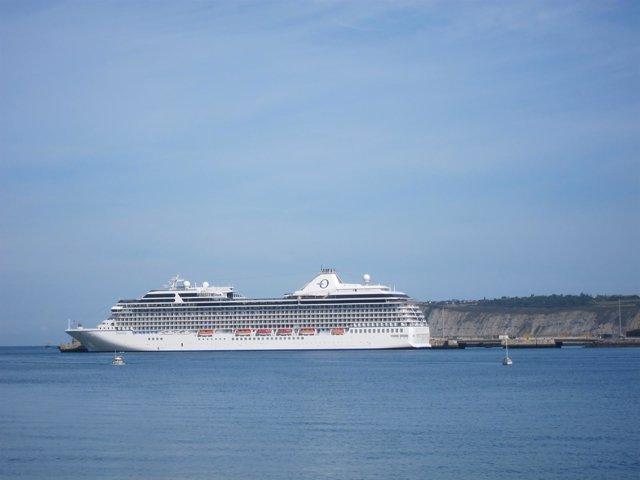 Crucero Atracado En Getxo