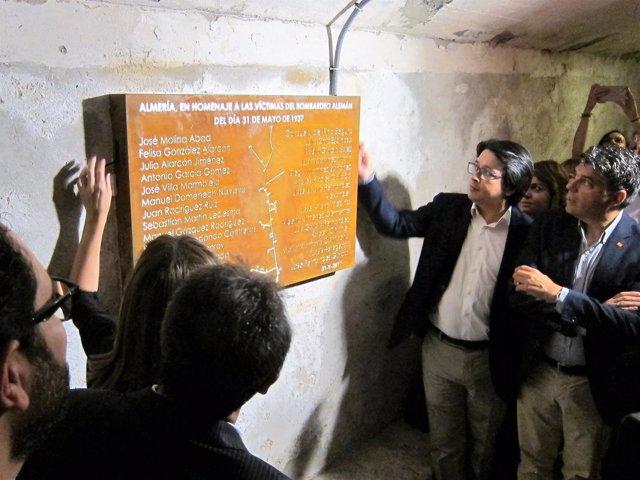 Descubrimiento de la placa homenaje a las víctimas del bombardeo nazi