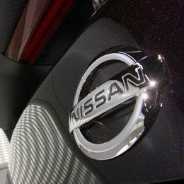 Logotipo de Nissan en un vehículo.