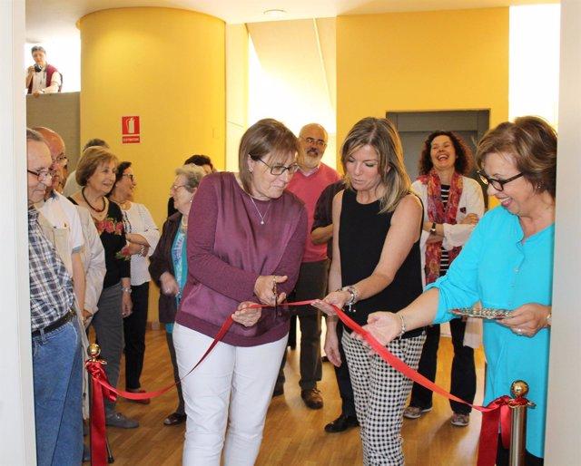 La consejera de Servicios y Derechos Sociales, Pilar Varela, cortando la cinta.