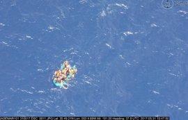 Llegan a Almería los 34 adultos y la niña rescatados de una patera en el Mar de Alborán