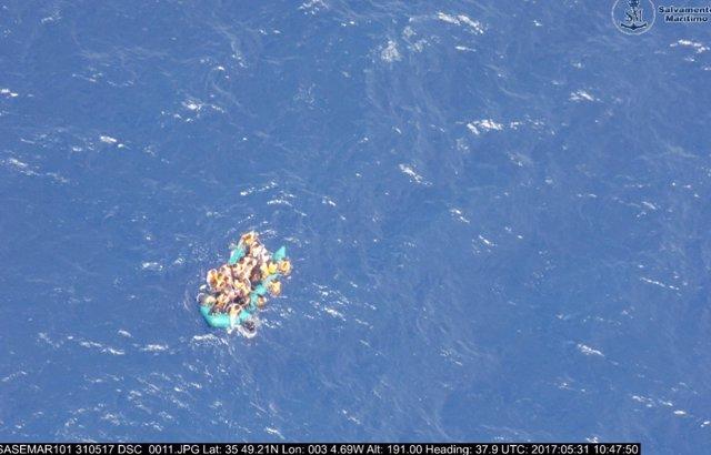 Patera semihundida captada por el avión Sasemar 101 de Salvamento Marítimo