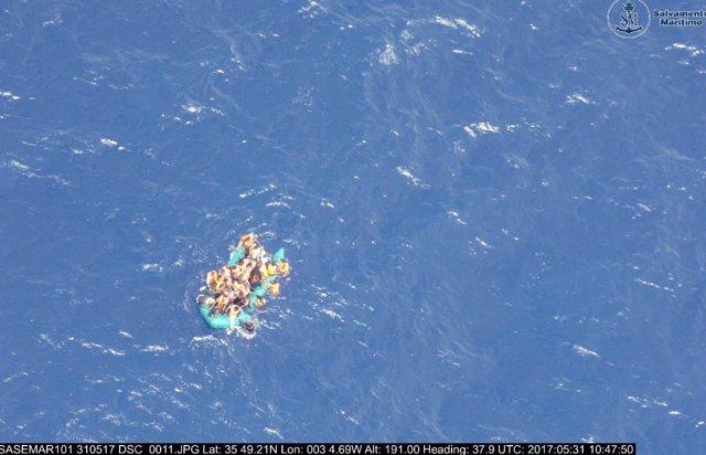 Embarcación hinchable rescatada por Salvamentos en aguas del Mar de Alborán