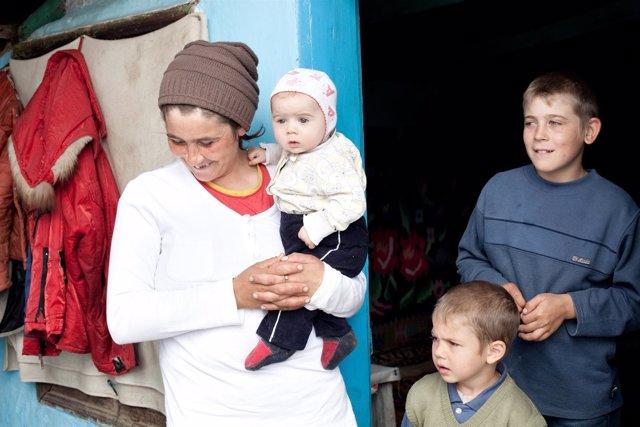 Una madre y sus hijos víctimas de violencia de género en un centro de protección
