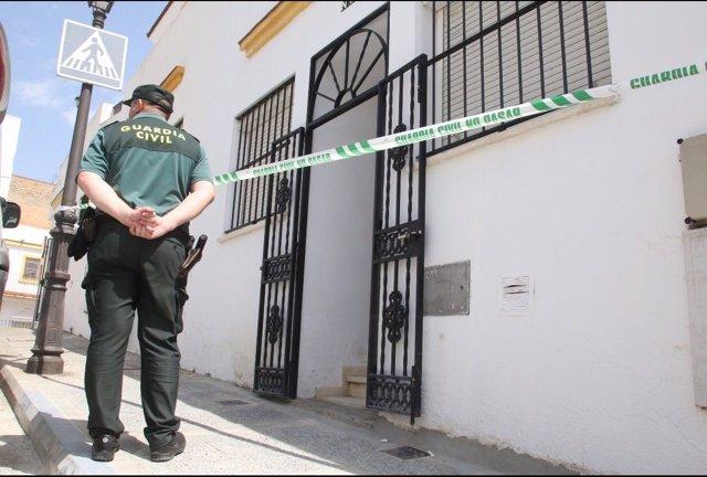 Exterior de la vivienda acordonada donde se ha registrado el crimen