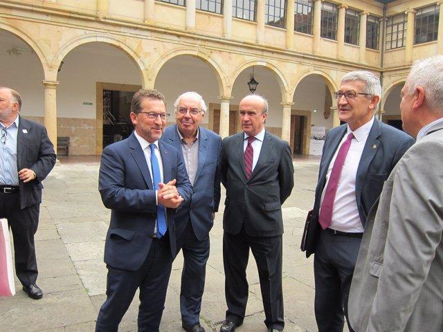 El consejero de Educación, Genaro Alonso, el rector, Santiago García Granda