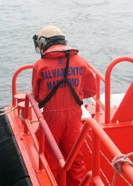 Salvamento Marítimo rescata un velero cerca de Cádiz