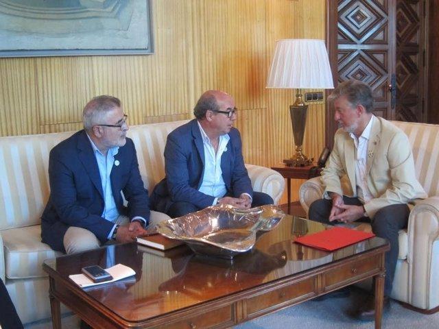 El alcalde y representantes de los taxistas