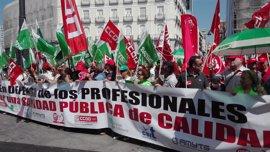 Los sindicatos sanitarios piden a Cifuentes que se comprometa con los profesionales al grito de 'consejero dimisión'