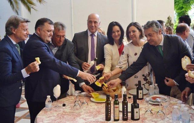 Rafi Crespín, entre Antonio Ruiz y Isabel Ambrosio, degustan el aceite de oliva