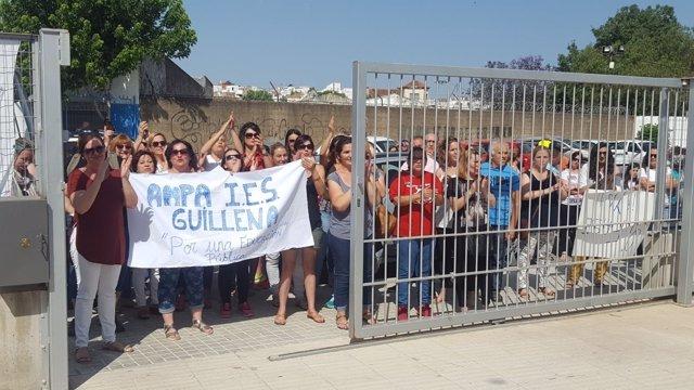Manifestación en el IES El Molinillo de Guillena