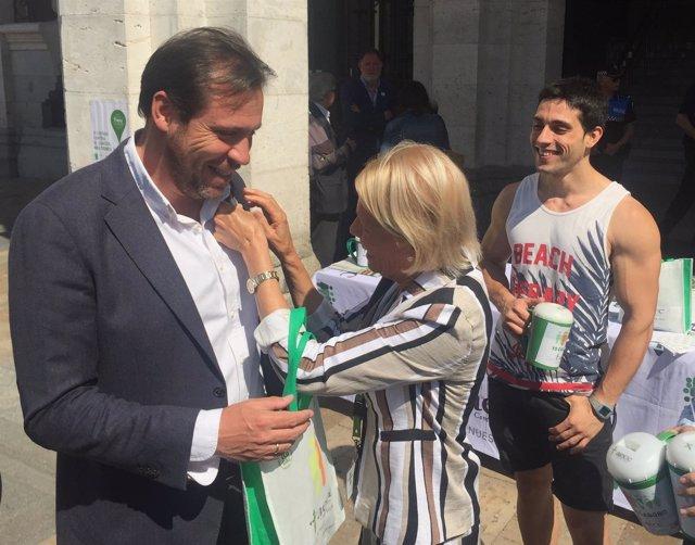 El alcalde de Valladolid colabora en la cuestación contra el cáncer