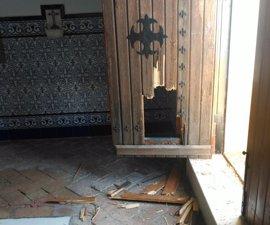 """Destrozos de """"casi 6.000 euros"""" en el cementerio de Lora del Río (Sevilla)tras un robo"""