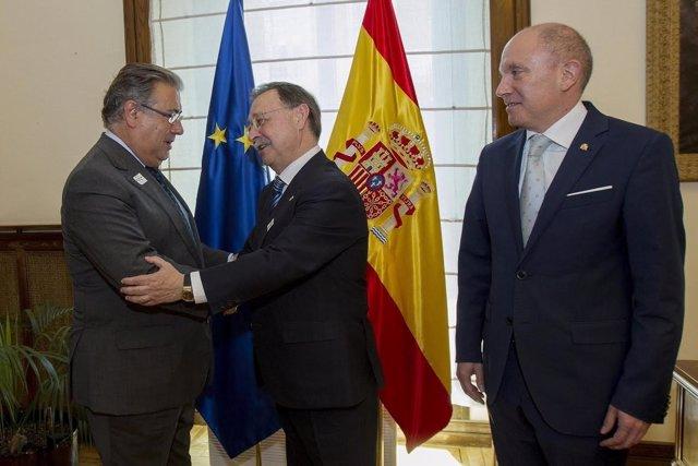 Zoido recibe al presidente de Ceuta por la Operación Estrecho