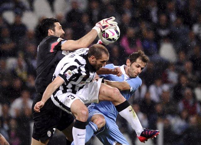 Juventus y Lazio juegan la Supercopa de Italia. Buffon atrapa un balón aéreo.