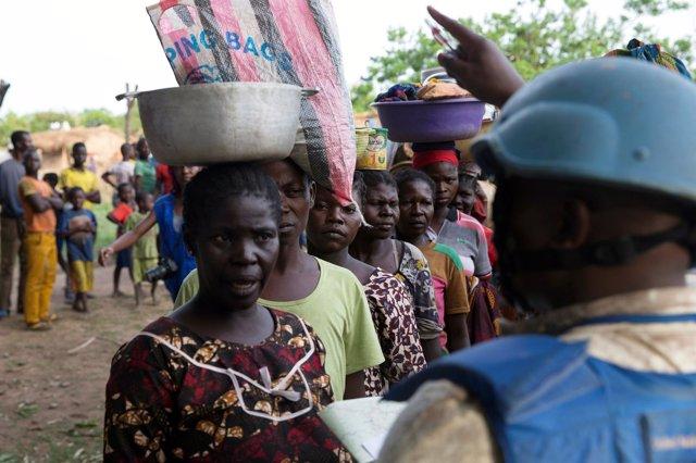 Mujeres desplazadas en RCA junto a un casco azul