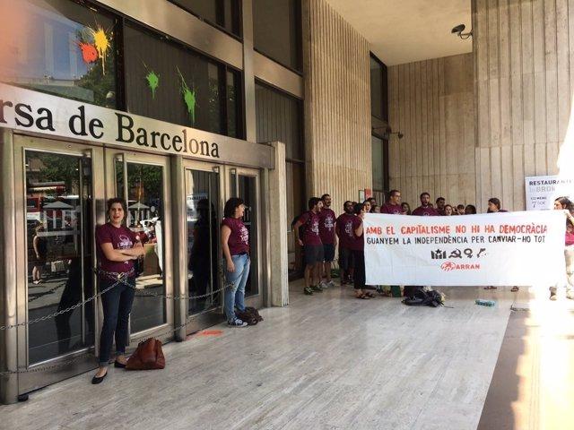 Miembros de Arran se encadenan a la Bolsa de Barcelona