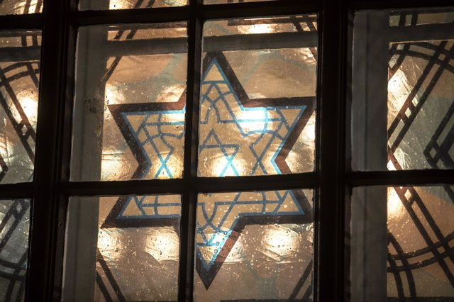 Una vidriera de una sinagoga con la estrella de David