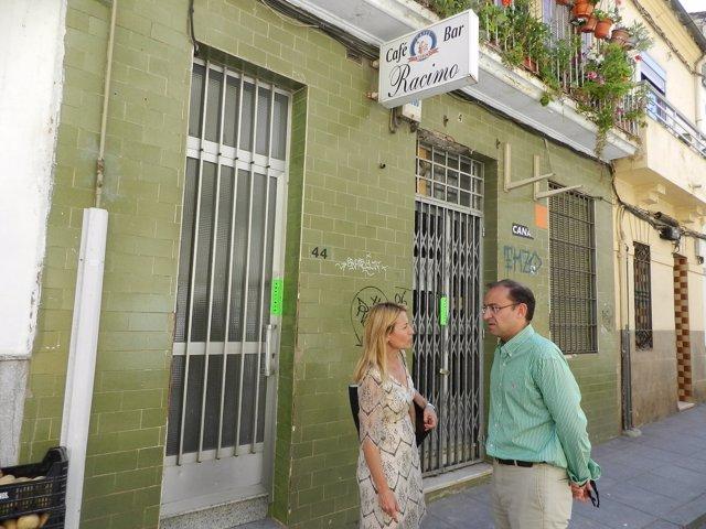 Elena Nevado y Rafael Mateos junto al edificio siniestrado