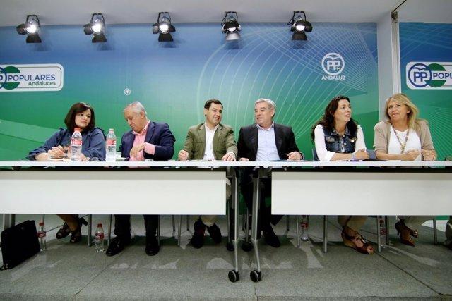 Javier Arenas y Juanma Moreno en el Grupo Territorial de senadores del PP-A