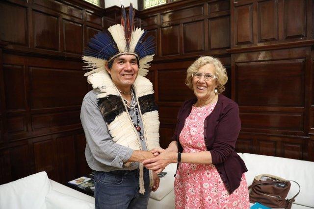 Carmena con el representante de la étnia guaraní Kaiowá