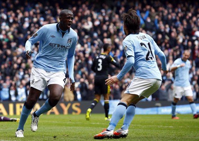 Yaya Toure y David Silva celebran un gol del Manchester City