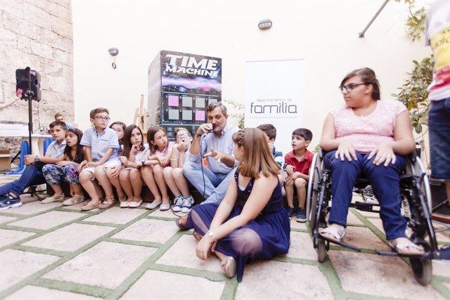 El diputado Ángel Escobar se ha sentado a charlas con los niños premiados.