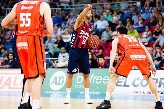 Adam Hanga ante el Valencia Basket