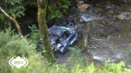 Dos jóvenes resultan heridos al caer su coche por un desnivel de 100 metros en Cangas del Narcea