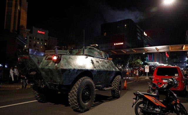 Un vehículo blindado frente al complejo de ocio Resorts World, en Manila