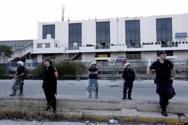 La Policía de Grecia comienza a evacuar el campamento de refugiados del aeropuerto de Elliniko