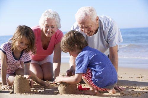 Jugar con los nietos ayuda a prevenir la osteoporosis
