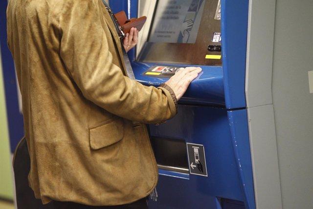Un hombre sacando un billete en una estación de Metro de Madrid