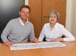 El parlamentario 'tory' Craig Mackinlay posa acompañado por Theresa May