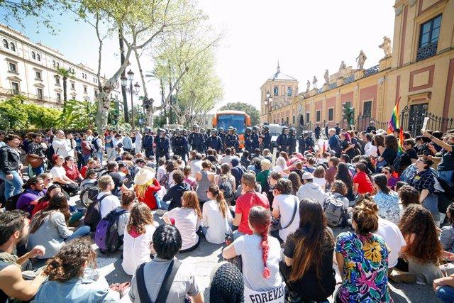 Protesta en Sevilla por la llegada del autobús de Hazte Oír