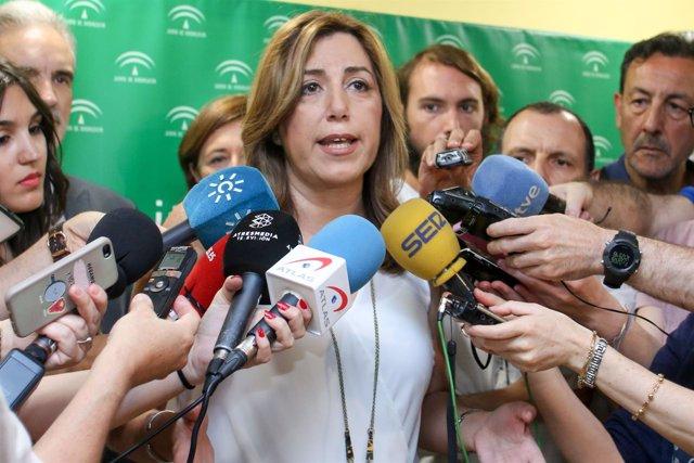 Susana Díaz atiende a los medios en una visita al Hospital de Valme
