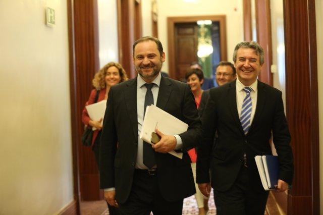 José Luis Ábalos en los pasillos del Congreso