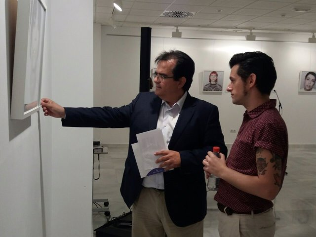 Antonio Jesús Rodríguez y Francisco Úbeda, en un recorrido por 'Certidumbres'.