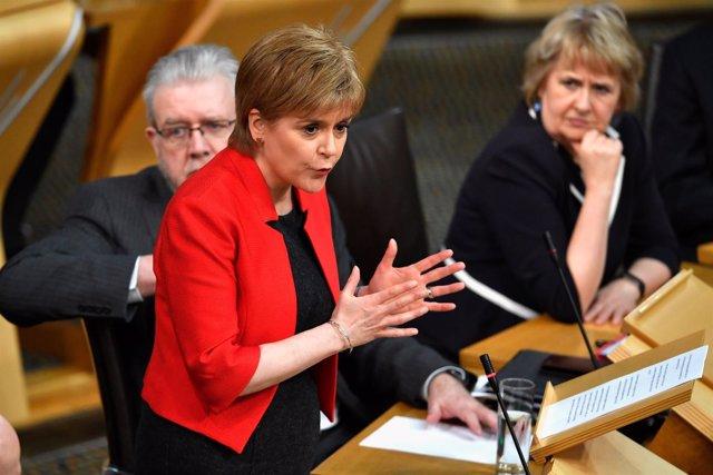 Nicola Sturgeon habla ante el Parlamento escocés