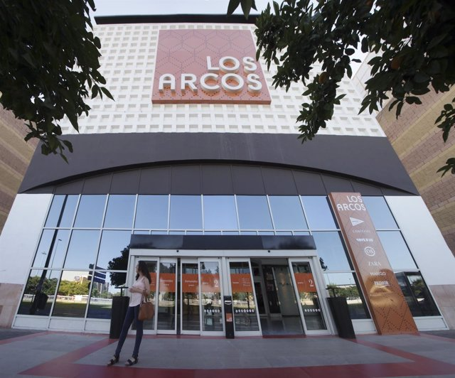 Fachada de la puerta principal del Centro Comercial Los Arcos de Sevilla.
