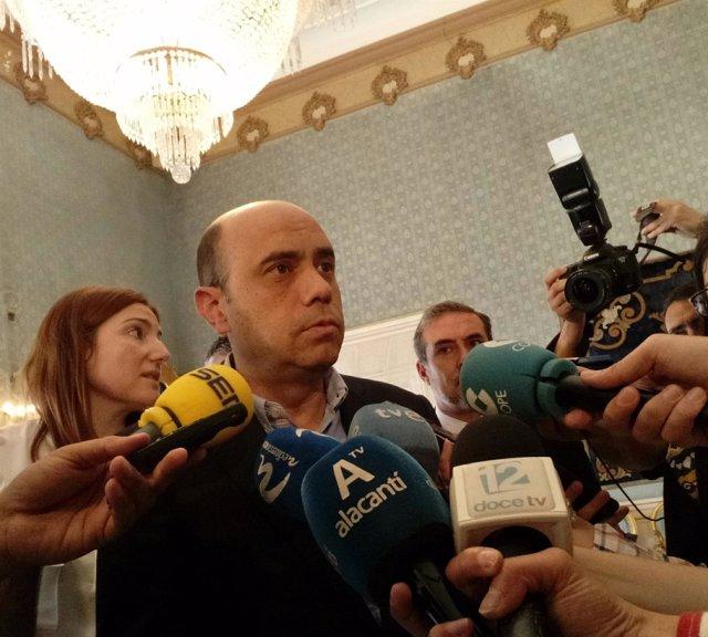 Gabriel Echávarri, este miércoles, en atención a los medios